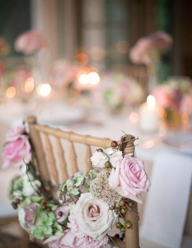 Chaise de mariage avec guirlande de fleurs