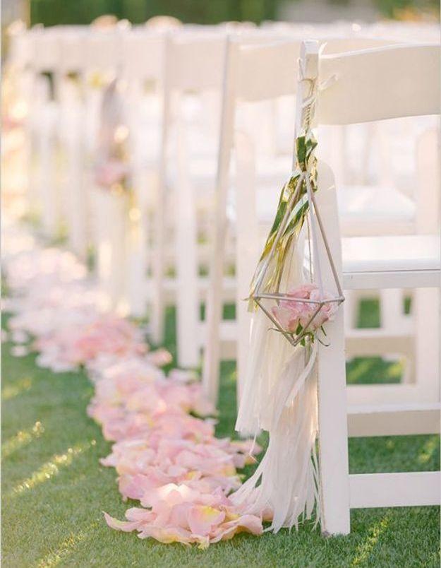 Pétales de roses pour décorer les chaises des invités