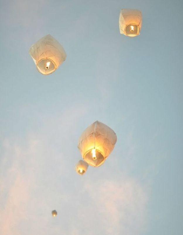 Lanterne volante dans le ciel