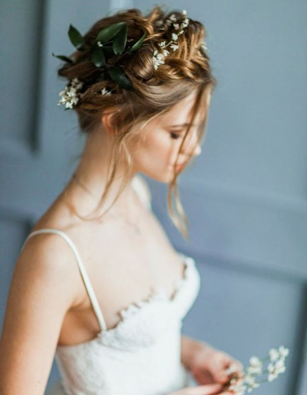 Des fleurs champêtres dans les cheveux