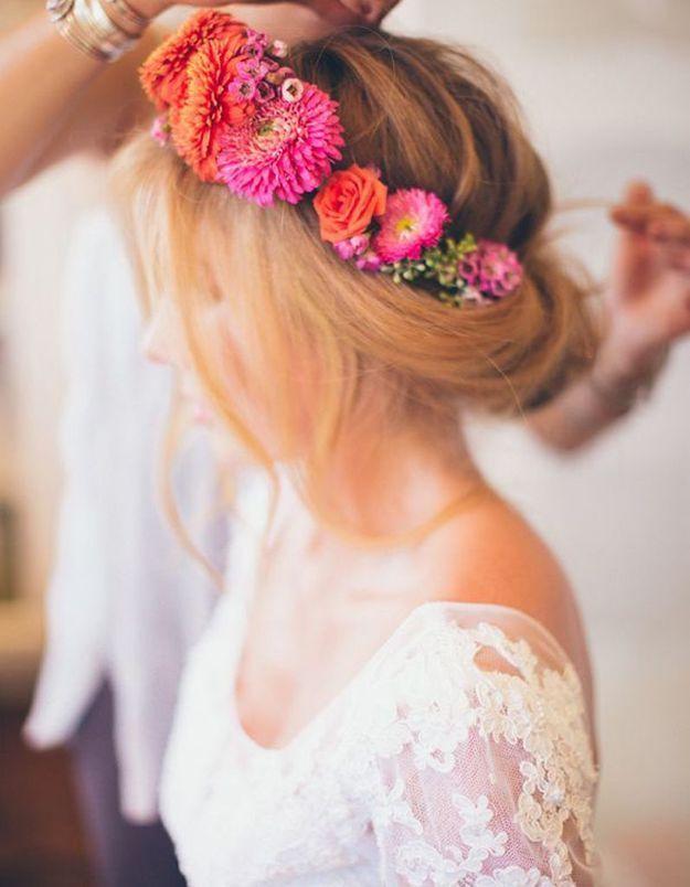 Des fleurs colorées dans les cheveux