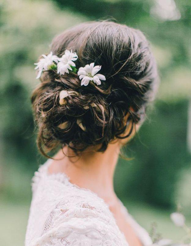 Des fleurs dans des cheveux noirs
