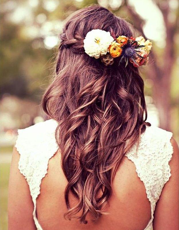 Des fleurs dans des cheveux tressés