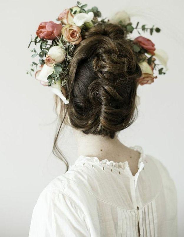 Des fleurs dans les cheveux avec un style vintage
