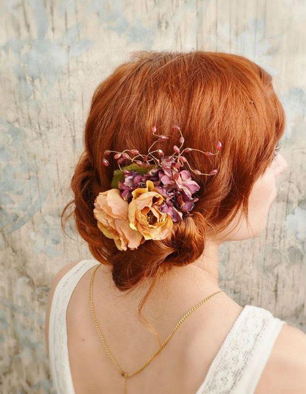 Des fleurs orchidée dans les cheveux pour le mariage