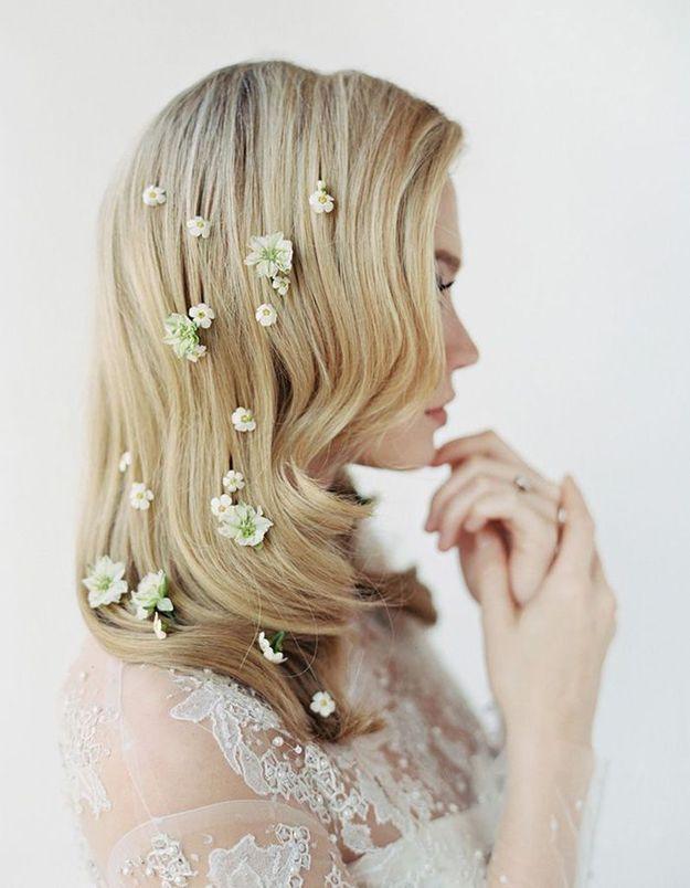 Des fleurs parsemées dans les cheveux pour le mariage