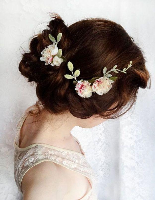 Des fleurs romantiques dans les cheveux