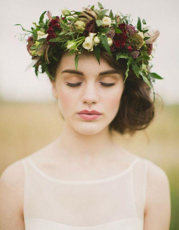 Des fleurs rouges dans les cheveux pour un mariage