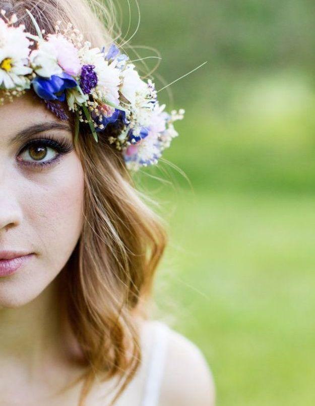 Des fleurs turquoise dans les cheveux