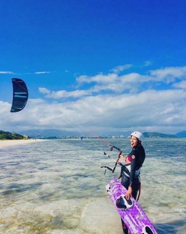 Marine Lorphelin fait du kite surf
