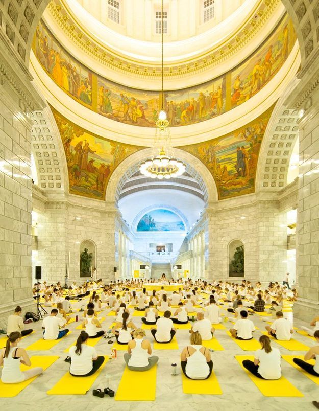 Lolë White Tour : un cours de yoga géant au Grand Palais