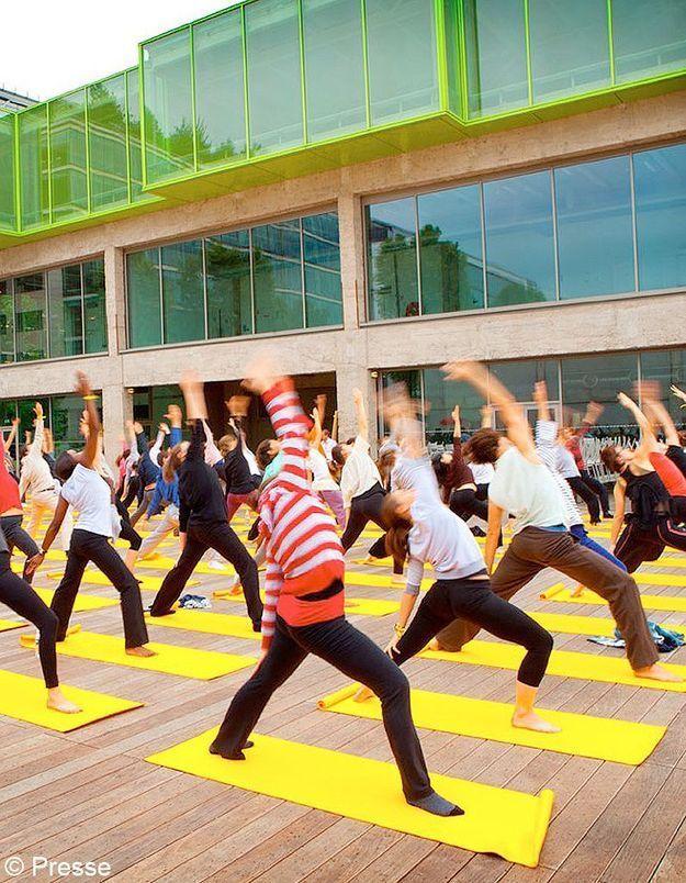Un cours de yoga en plein air