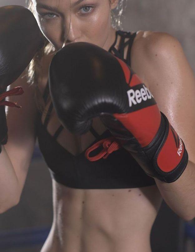 Gigi Hadid en position de fitness boxing
