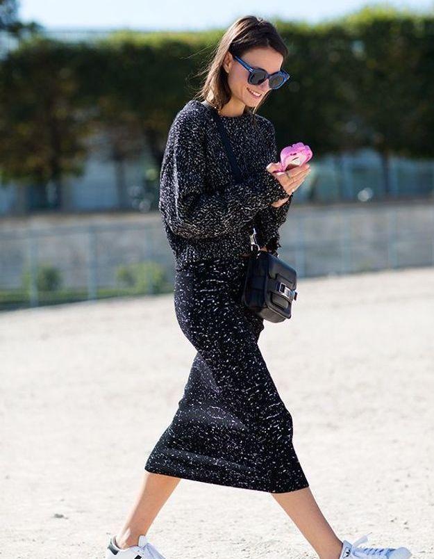 Des Superstar avec une robe mi-longue