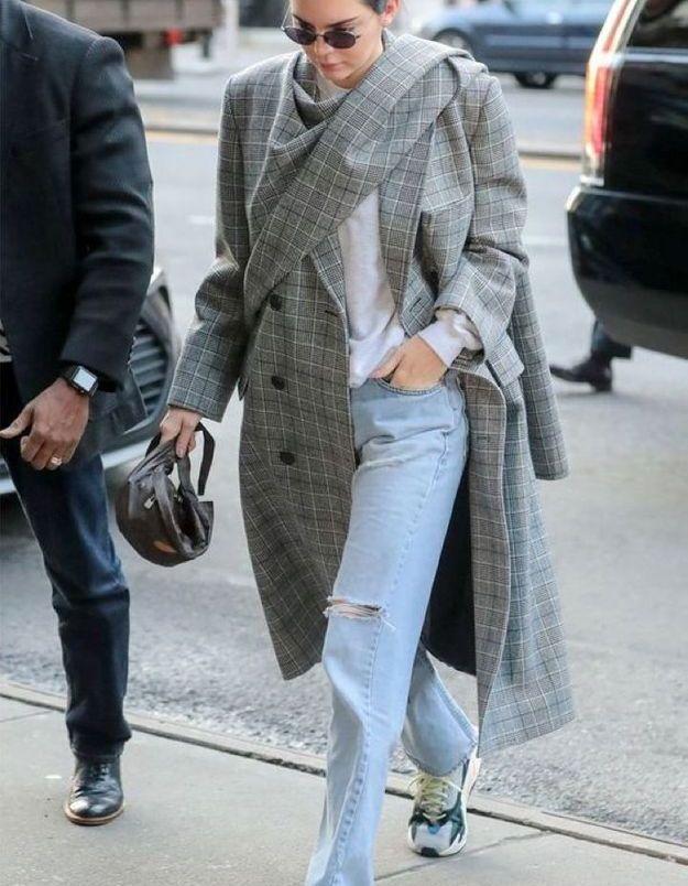 Avec un baggy et un manteau à carreaux