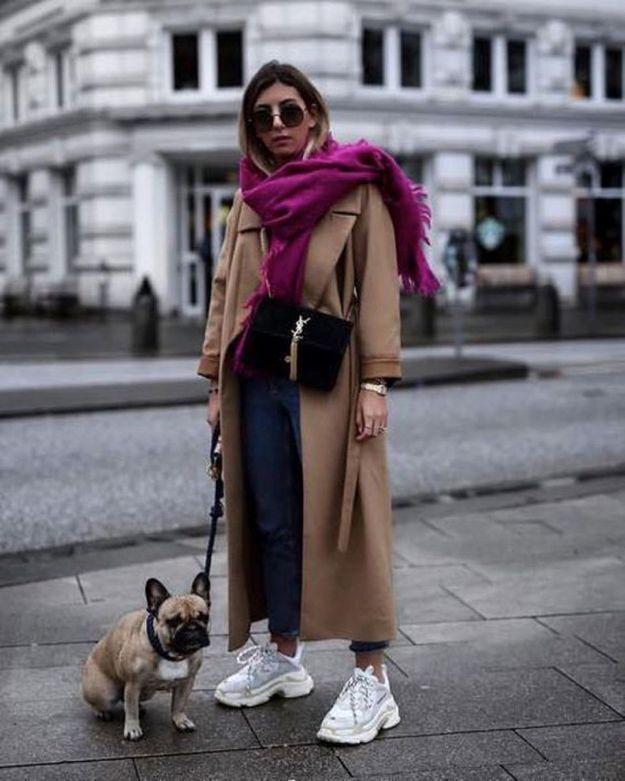 Avec un long manteau camel