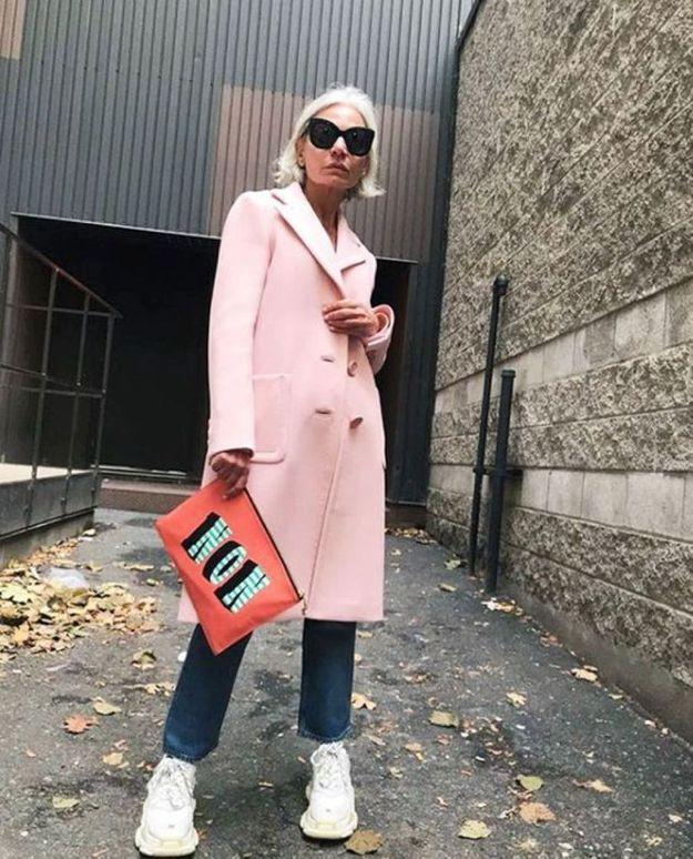 Avec un manteau coloré