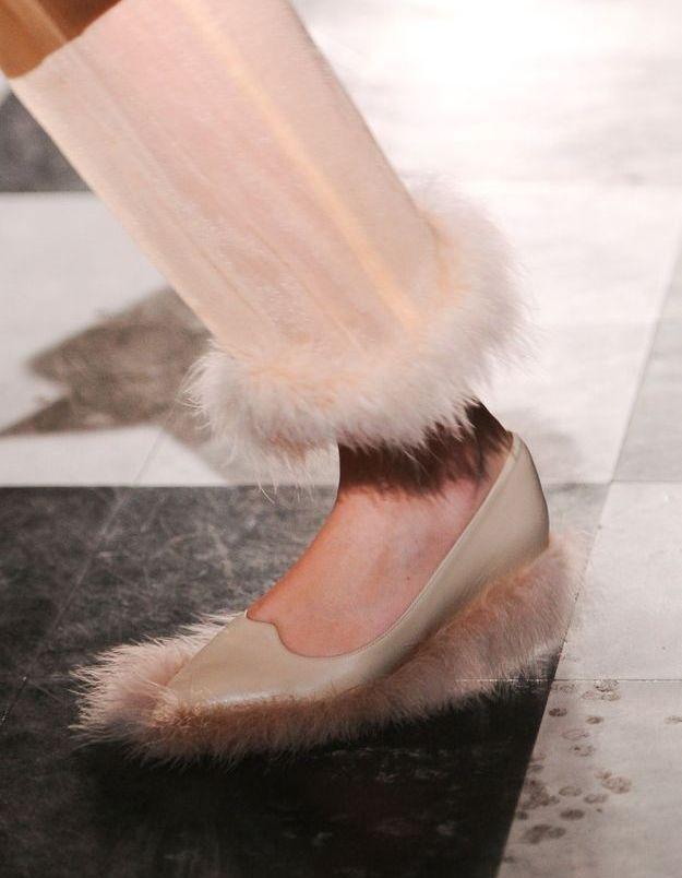 Le pantalon et les chaussures plumeau de Simone Rocha