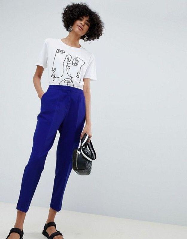 Un pantalon bleu cobalt