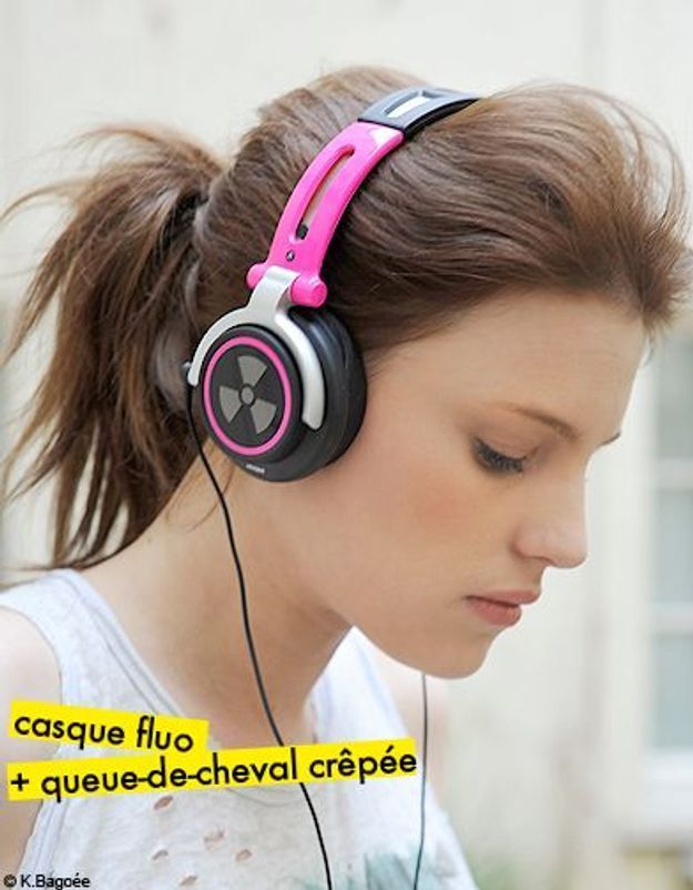 casque fluo + queue-de-cheval crêpée