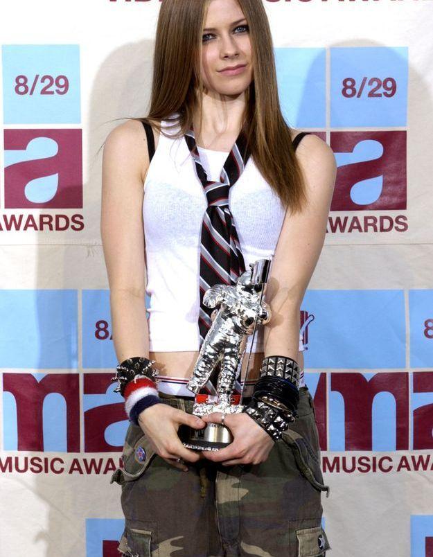 Avril Lavigne et son combo imprimé camouflage / bracelets cloutés