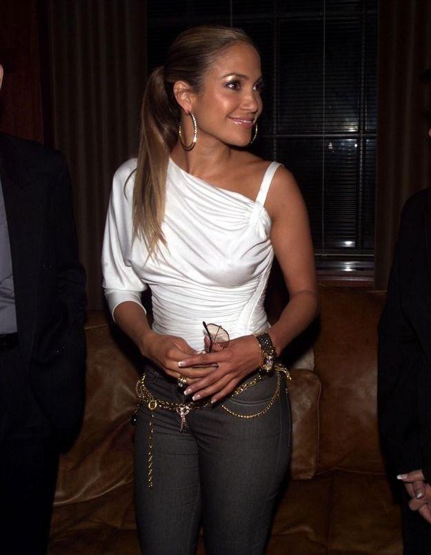 J.Lo, avec un top asymétrique manche longue