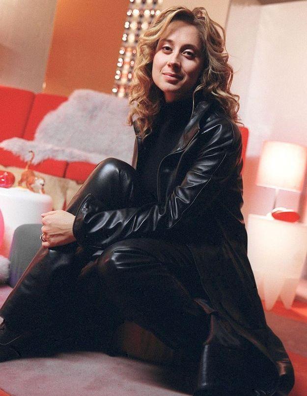 Lara Fabian a elle aussi opté pour la veste longue en cuir