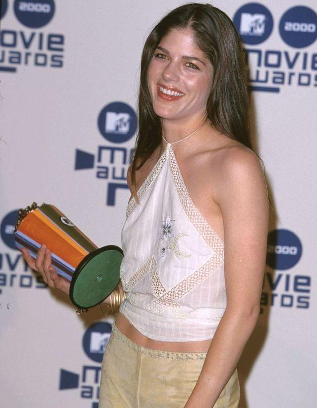 Selma Blair, habillée d'un top triangle, typique des années 2000