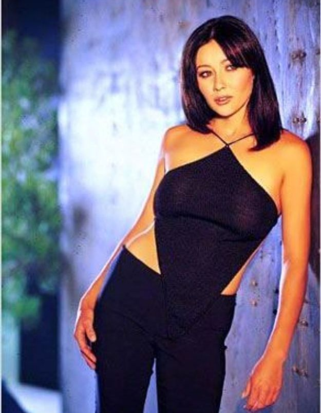 Shannen Doherty, sublime sorcière de Charmed vêtue de son top asymétrique façon triangle