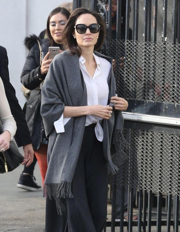Angelina Jolie nous montre comment porter la chemise blanche avec style