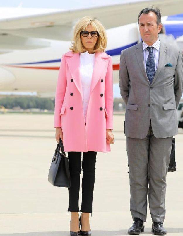 Brigitte Macron en manteau rose et blouse blanche