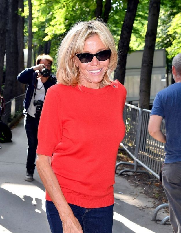Brigitte Macron en vacances : lumineuse en petite robe bleue