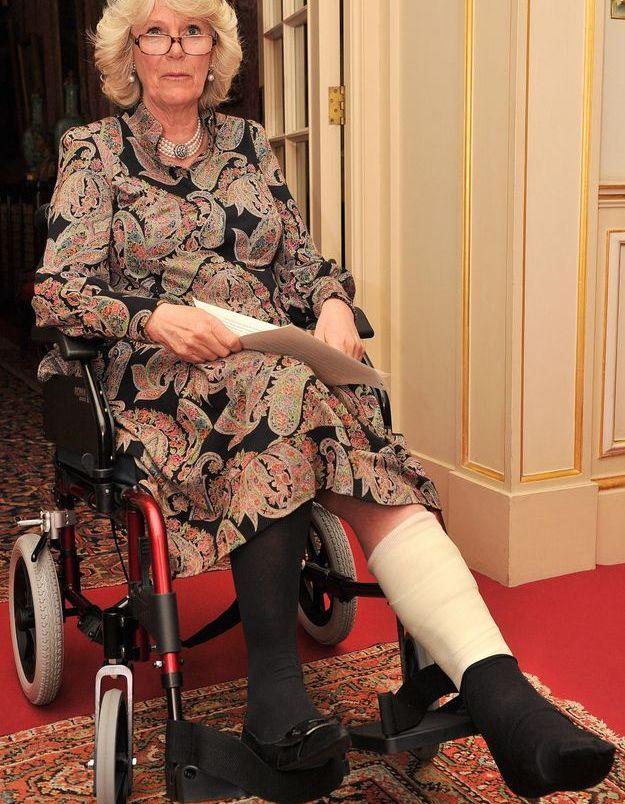 Camilla Parker-Bowles, même le pied dans le plâtre elle sort ses aparas