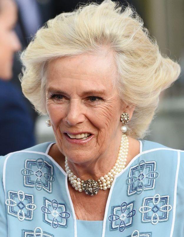 Camilla Parker-Bowles, ses bijoux résistent au vent, au Hilton Park Lane