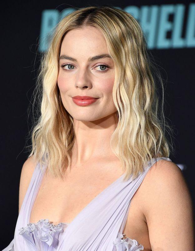 Margot Robbie, son astuce pour transformer une petite robe en tenue de soirée
