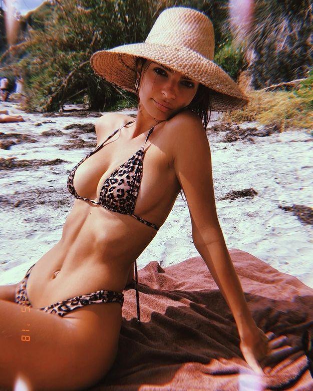 Emrata en bikini léopard