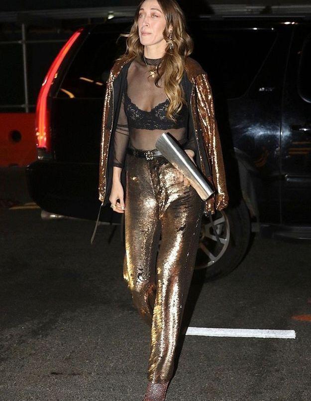 Alana Hadid en doré aussi et sous-vêtement apparent