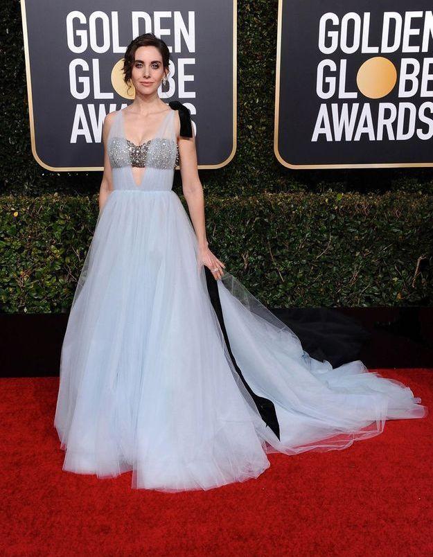 Alison Brie en robe décolletée bleue