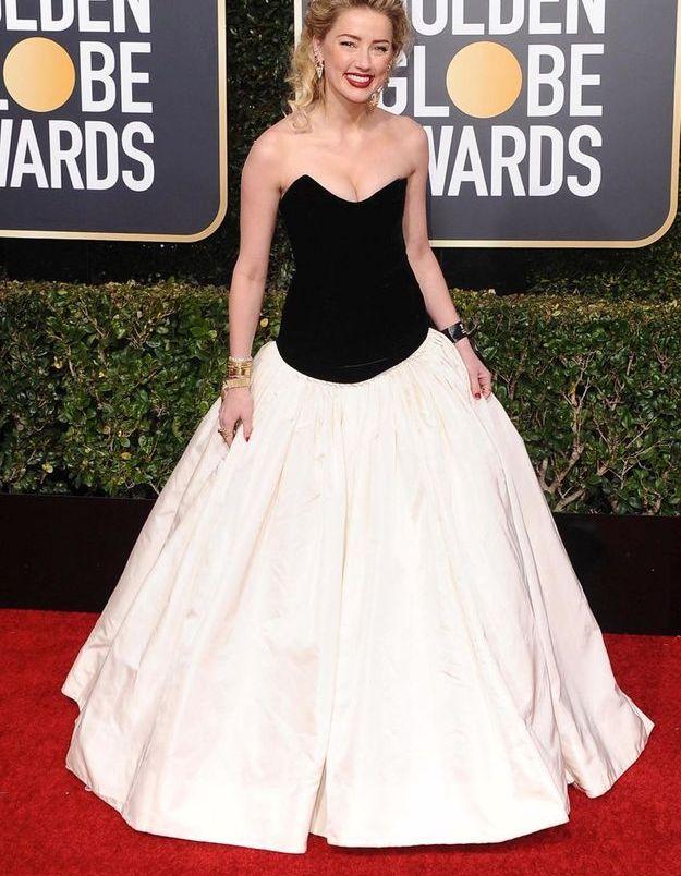 Amber Heard en robe décolletée noir et blanc