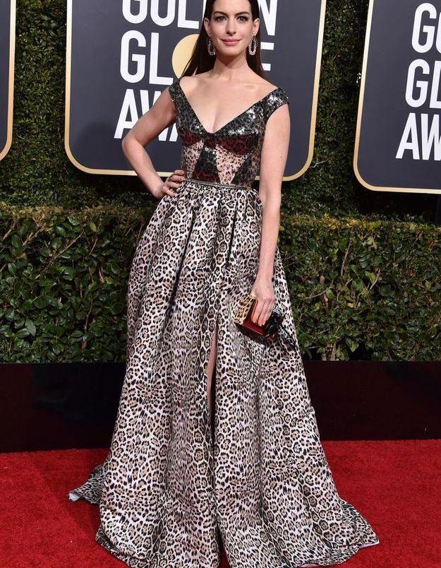 Anne Hathaway en robe décolletée léopard