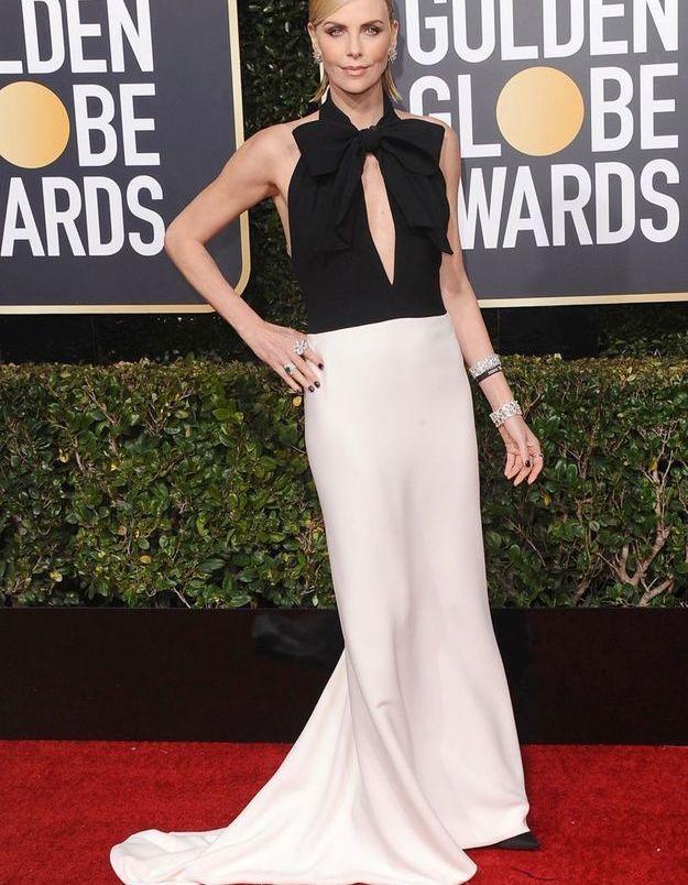Charlize Theron en robe décolletée trompe-l'oeil