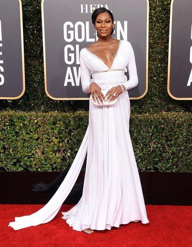 Dominique Jackson en robe décolletée blanche