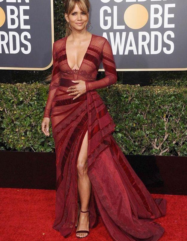 Halle Berry en robe décolletée rouge bordeaux