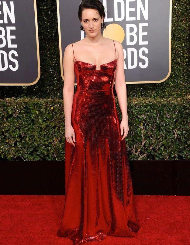 Phoebe WallerBridge en robe décolletée à sequins rouges