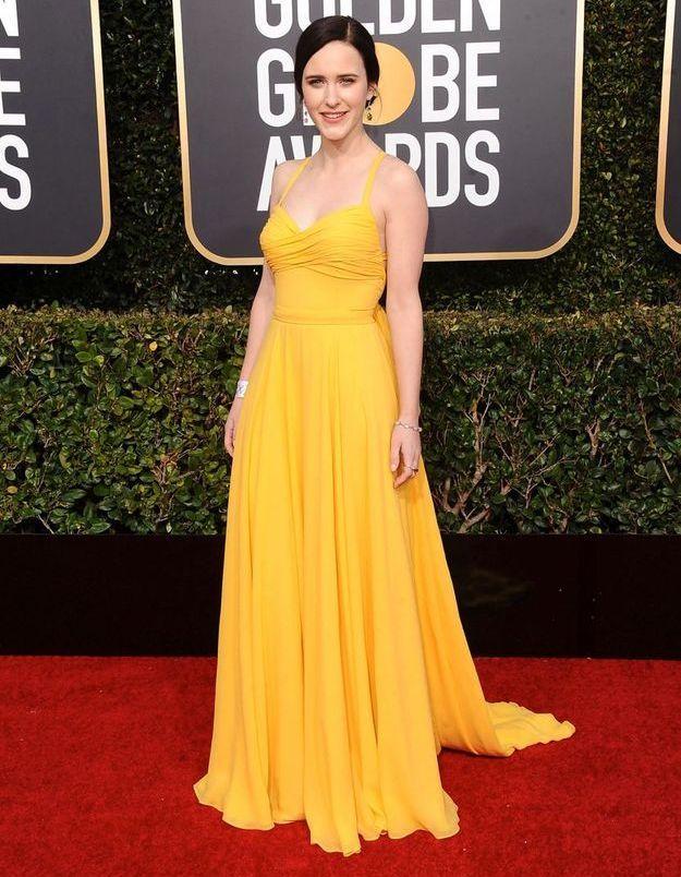 Rachel Brosnahan en robe décolletée jaune soleil