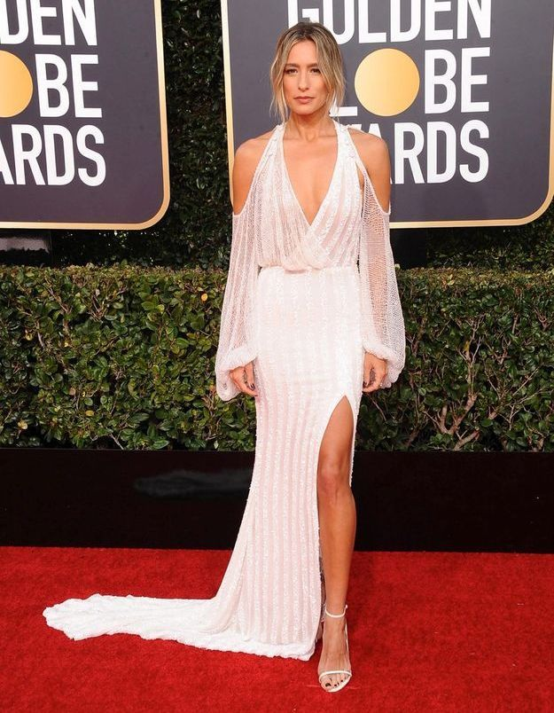 Renee Bargh en robe décolletée blanche