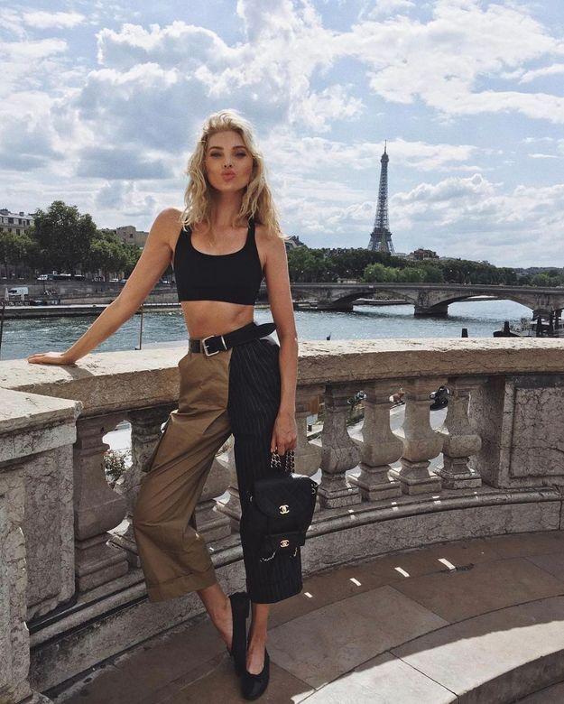 Elsa Hosk en pantalon taille haute et cropped top noir