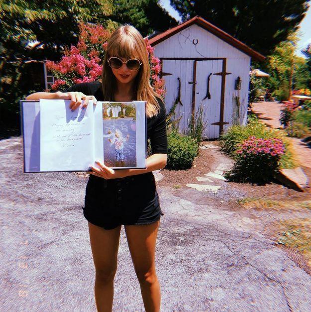 Taylor Swift en short en jean noir et top à manches 3/4