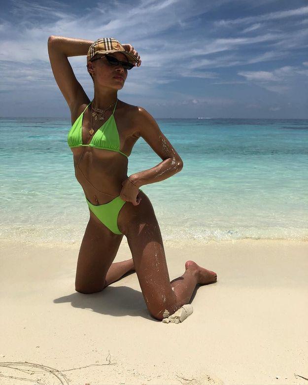 Adwoa Aboah en bikini vert
