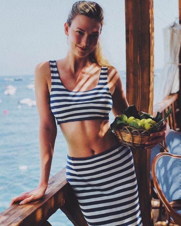 Karlie Kloss en maillot de bain rayé